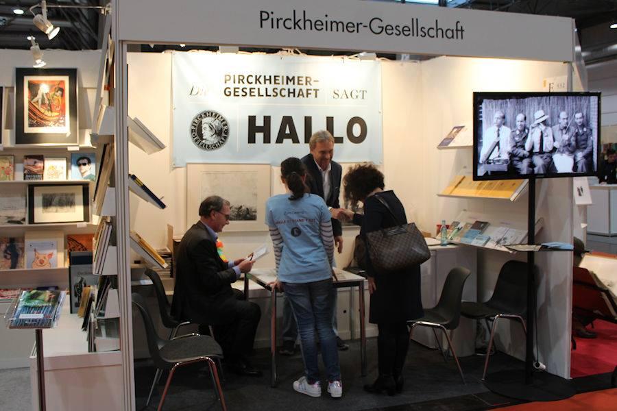 Erste Gespräche am Pirckheimer-Stand in Halle 3 der Leipziger Buchmesse. | Foto: Abel Doering