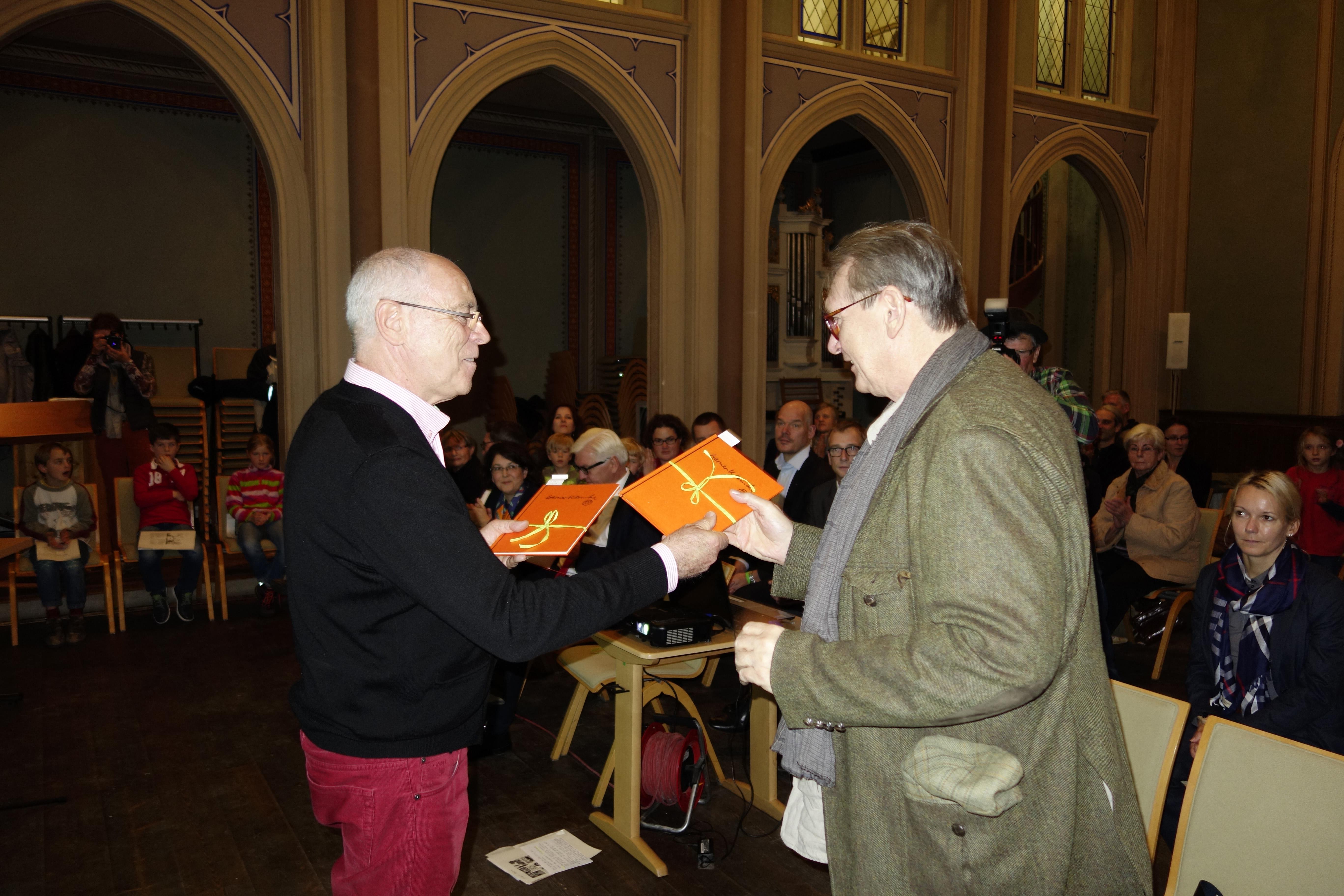 Werner Klemkes Sohn Christian war auch nach Brandenburg gekommen. Armin Schubert überreicht ihm ein Exemplar des Klemke-Buches.