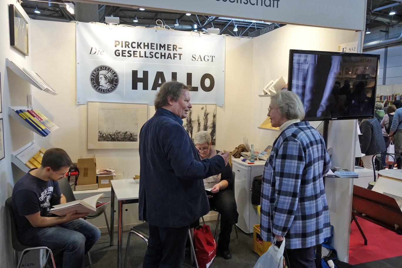 Pirckheimer-Mitglied Abel Doering im Gespräch mit Messegästen.