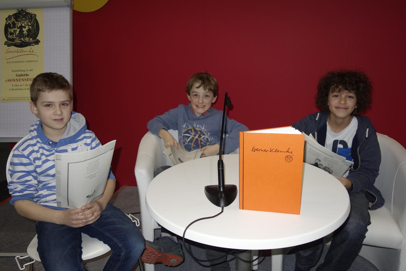 Franz, Jakob und Junes (v.l.) freuen sich, dass die Lesung gleich beginnt.