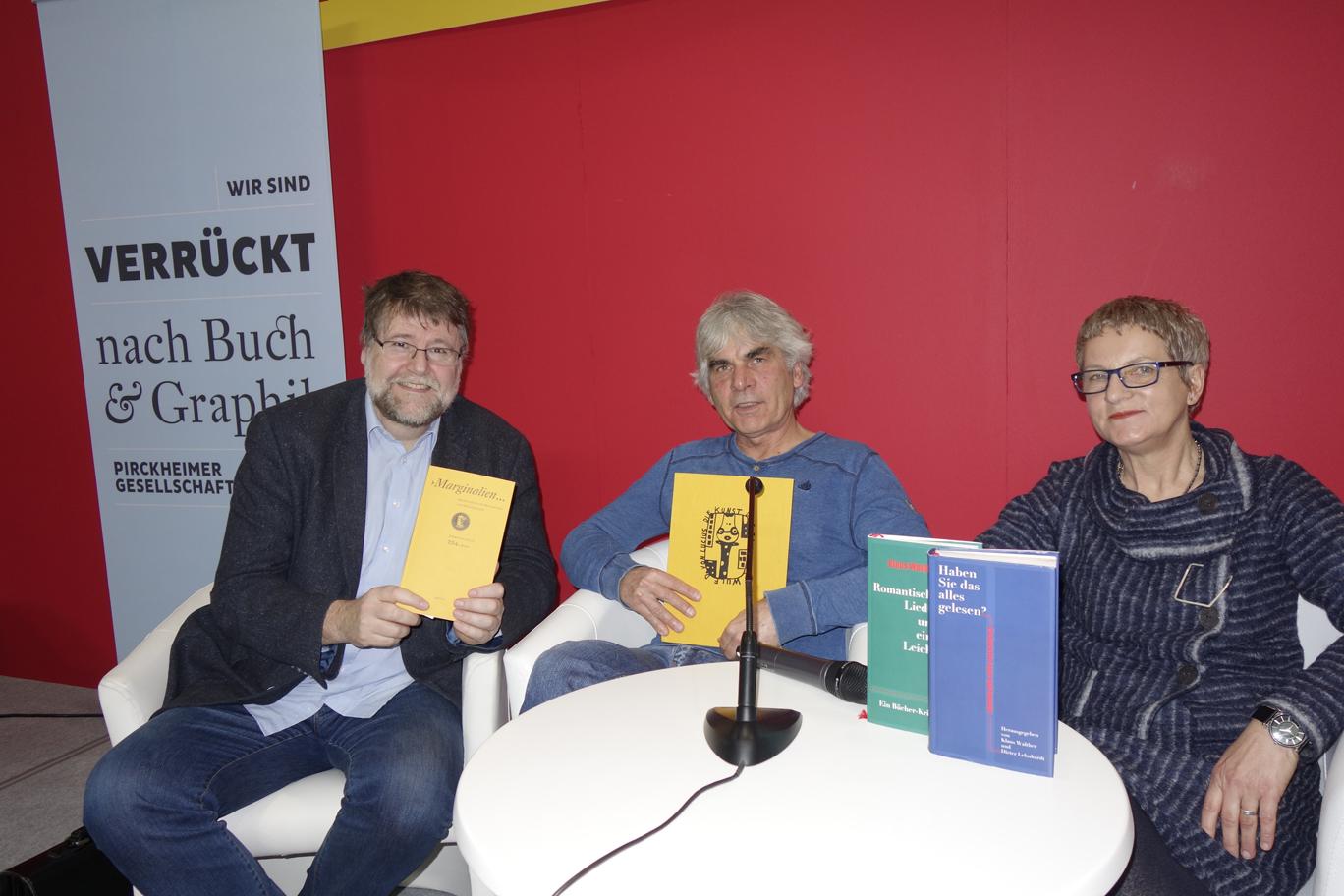 Sie sprachen auf Einladung der Pirckheimer über »Annäherungen an Sammler und ihre Bibliotheken«: Birgit Eichler, Geschäftsführerin des Mironde-Verlags, Autor und Künstler Hartmut Andryczuk sowie Moderator, Filmemacher und Autor Jens-Fietje Dwars (l.)