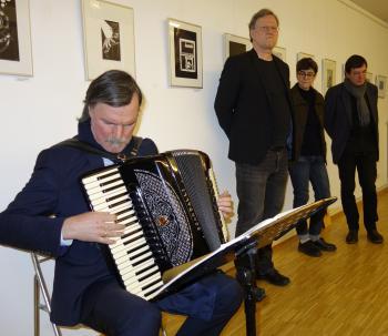 Thomas Wittenbecher begleitete die Vernissage musikalisch. Neben ihm stehen Hendrik Liersch, Helene Bautista und Andreas Montag.