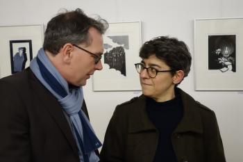 Pirckheimer-Vorsitzender Ralph Aepler und die Künstlerin Helene Bautista nutzten die Vernissage in Halle für ein Gespräch.