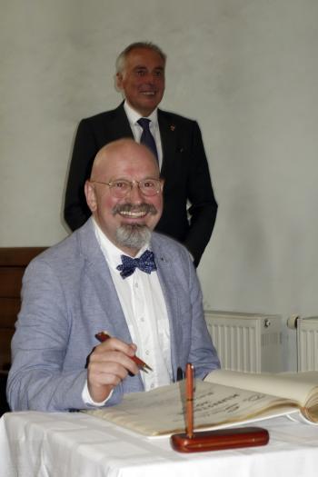 Rainer Ehrt trägt sich in das Goldene Buch der Stadt Wernigerode ein. | © R. Wege
