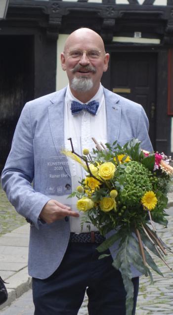 Rainer Ehrt mit dem Kunstpreis der Stadt Wernigerode | © R. Wege