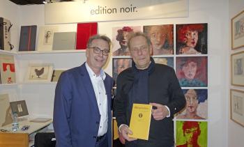 Bodo W. Klös (r.) ist das 500. Mitglied der Pirckheimer-Gesellschaft. Eingetreten ist er während der Leipziger Buchmesse, wo er mit der »edition noir« einen Stand hatte. Pirckheimer-Vorsitzender Ralph Aepler gratulierte und überreichte ihm die druckfrisch