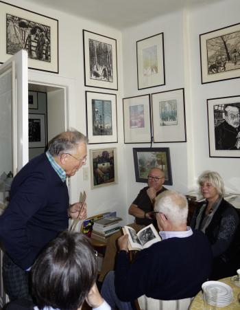 Hans-Jürgen Wilke begrüßt die Magdeburger Bibliophilen in seiner Wohnung.   © R. Wege