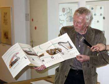 Der Pirckheimer Prof. Matthias Gubig stellte den Gästen seine Spätdrucke vor. | © R. Wege