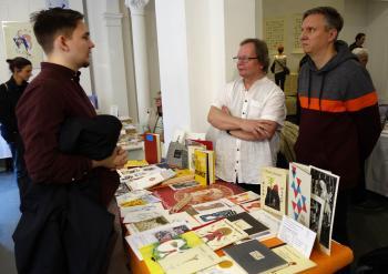 Abel Doering, Till Schröder (r.) am Stand der Pirckheimer-Gesellschaft im Gespräch mit Robert Fynn-Fehler (l.)