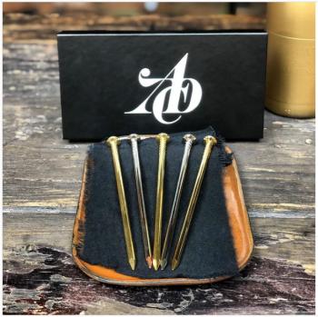Goldene, silberne und bronzene Nägel sind die Auszeichnungen, die im ADC-Wettbewerb für kreative Leistungen verliehen werden. | © ADC/Instagram