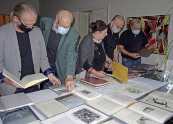 Ausgiebig blätterten die Magdeburger Bücherfreunde in den Einblattdrucken, die Dr. Wolfram Benda aus Bayreuth mitgebracht hatte.