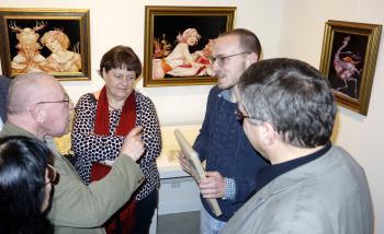 Heinz Zander (l.) im Gespräch mit Besuchern der Ausstellungseröffnung