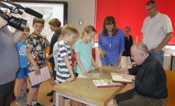 Klaus Ensikat signiert für die Bücherkinder. | © Ralf Wege