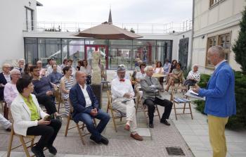 Prof. Dr. Max Kunze begrüßt die Gäste der Vernissage auf dem Skulpturenhof des Winckelmann-Museums in Stendal. | © R. Wege