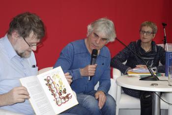 Moderator Jens-Fietje Dwars (l.) präsentiert mit dem Autor Hartmut Andryczuk dessen Buch »Die Kunst des Sammelns ...«, und mit Birgit Eichler das im Mironde-Verlag erschienene Buch »Haben Sie das alles gelesen?«.