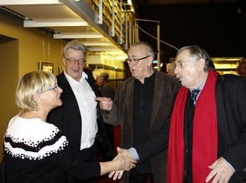 Verleger Jens Henkel (Burgart Presse, 2.v.l.) und Laudator Peter Gosse (2.v.r.) beim Rundgang durch die Ausstellung.