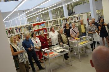 Rund 30 Gäste besuchten die Vernissage im Foyer der Stadt- und Landesbibliothek Potsdam.
