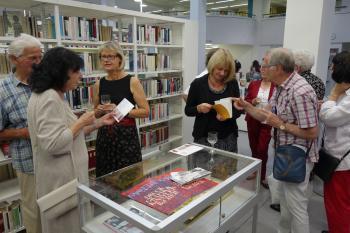 Gäste und Organisatoren der Vernissage am 31. August 2017 im Foyer der Stadt- und Landesbibliothek Potsdam.   © Ralf Wege