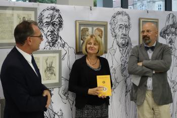 Die Direktorin der Bibliothek Marion Mattekat begrüßte zusammen mit dem Künstler Rainer Ehrt (r.) und Pirckheimer-Vorsitzenden Ralph Aepler die Gäste der Vernissage.