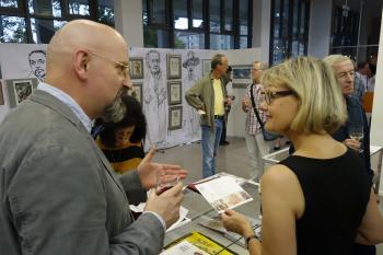 Rainer Ehrt im Gespräch mit Sybille Weber, Referentin für Öffentlichkeitsarbeit der Stadt- und Landesbibliothek Potsdam.   © Ralf Wege