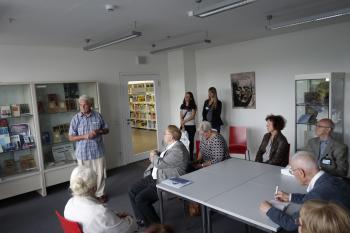 Pirckheimer besuchen die Gottfried-Benn-Sammlung in der Stadt- und Landesbibliothek Potsdam.