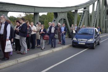 Gewappnet mit Cremont gingen die Pirckheimer zu Fuß über die geschichtsträchtige Glienicker Brücke.