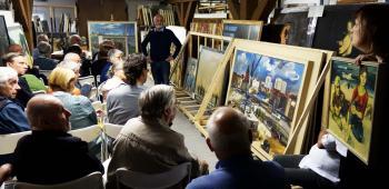 Herbert Schirmer (stehend) gab den Pirckheimern einen Einblick in die Geschichte und Bestände des Kunstarchivs auf Burg Beeskow. | © R. Wege