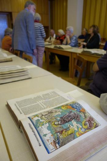 Pirckheimer mit ausgewählten Büchern der Marienbibliothek. © | R. Wege