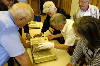 Einige Pirckheimer nutzten die Gunst der Stunde und blätterten in den Schätzen der Marinebibliothek. | © R. Wege