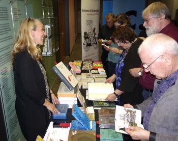 Manches Exemplar wechselte am Freitagabend am Büchertisch von Silke Müller (Büchergilde-Buchhandlung Mainz) den Besitzer. | © R. Wege
