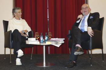 Sie sprachen über die Zukunft des Buches: Verlegerin Karin Schmidt-Friderichs und Literaturkritiker Denis Scheck. | © R. Wege