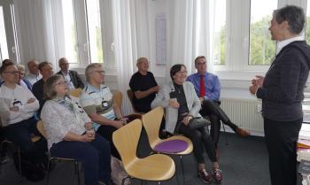 Karin Schmidt-Friderichs begrüßte die Pirckheimer in ihren Verlagsräumen. | © R. Wege
