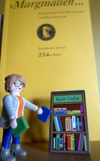 Die Bibliothekarin mit Dutt spielte auch im Streitgespräch eine wichtige Rolle. | © R. Wege