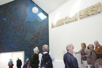 """Christiane Wisniewski beendete ihre Führung durch den Riegelbau vor dem Wandgemälde """"De Septentrione ad Austrum"""" von Laura Bruce."""