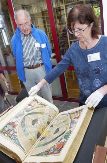 """Gleimhaus-Bibliothekarin Annegret Loose mit dem Sternatlass """"Harmonia Macrocosmica"""" von Andreas Cellarius."""