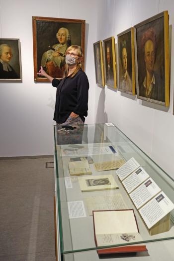"""Dr. Ute Pott, Direktorin des Gleimhauses, führte durch die """"die größte Porträtgalerie großer Geister des 18. Jahrhunderts""""."""
