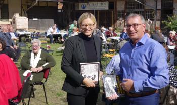 Mit einem Buch bedankte sich Vereinsvorsitzender Dr. Ralph Aepler bei Direktorin Dr. Gloria Köpnick.