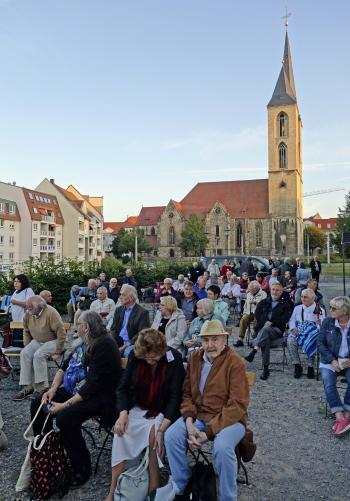 Gespannt erwarteten die Pirckheimer den Beginn des Konzertes von Hans-Eckardt Wenzel.