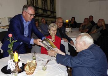 Vereinsvorsitzender Ralph Aepler gratuliert Udo Mammen zum 90. Geburtstag.