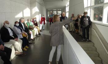 Stiftungsmentorin Christiane Wisniewski gab während eines Rundgangs durch das Gebäude einen umfangreichen Überblick über die Entstehung der Stiftung und die Geschichte des Hauses.