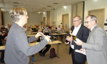 Zu Beginn der Mitgliederversammlung dankte Till Schröder im Namen der Pirckheimer den beiden Organisatoren des Treffens Rudolf Angeli und Ralph Aepler.    © R. Wege