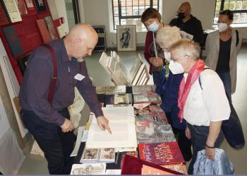 """Viel zu entdecken gab es auf der Messe """"BuchDruckKunst"""", hier am Stand des Künstlers und Pirckheimers Rainer Ehrt.   © R. Wege"""