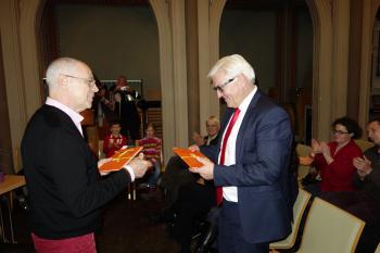 Armin Schubert (l.) übergibt an Minister Frank-Walter Steinmeier ein Exemplar des Klemke-Buches.