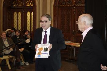 Pirckheimer-Vorsitzender Ralph Aepler schenkte jedem »Bücherkind« ein Lexikon »Von Anton bis Zylinder«.