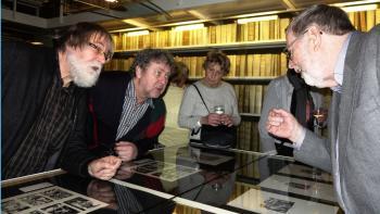 Beim Fachsimpeln: Dr. Peter Labuhn (r.), Hirsch-Sammler und Mitinitiator der Ausstellung, Pirckheimer-Schatzmeister Matthias Haberzettl (l.) und Pirckheimer-Mitglied Hans Rabenbauer.
