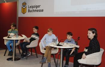 Die Bücherkinder (v.l.) Jakob, Georg, Konstantin, Maximilian und Charlotte stellen in Halle 3 ihr Buch vor.   © R. Wege
