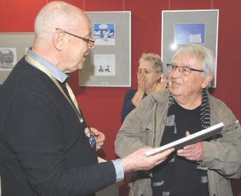 Armin Schubert (l.) überreichte Dr. Thomas Mohr nach der Präsentation als Dankeschön für seine Unterstützung ein Exemplar des Buches der Bücherkinder.   © R. Wege