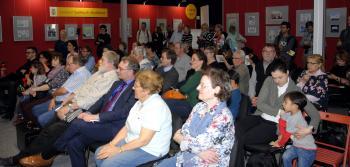 Gut 60 Gäste verfolgten die Buchpräsentation auf der Leseinsel.   © R. Wege