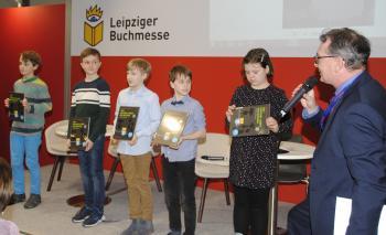 """PirckheimerVorsitzender Ralph Aepler überreichte den Kindern je ein Exemplar des Buches """"Das geheime Leben der Bücher vor dem Erscheinen.""""   © R. Wege"""