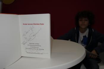 Die Bücherkinder Brandenburg hatten das Exemplar ihres Klemke-Buches nach Leipzig mitgebracht, in dem sich Außenministers Dr. Frank Walter Steinmeier mit einem handschriftlichen Gruß verewigt hat.